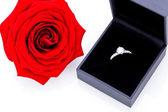 Bague de fiançailles avec un bouquet de roses rouges — Photo