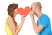 Casal jovem feliz, apaixonada por vermelho coração dia dos namorados — Fotografia Stock