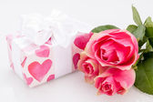 Gift box with empty tag and roses — Stock Photo