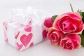Caixa de presente com tag vazia e rosas — Fotografia Stock