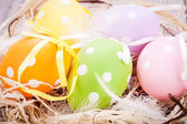 Decorazione di uova di Pasqua colorate su sfondo in legno — Foto Stock