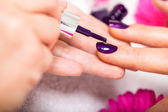 Mujer teniendo un clavo de manicura en un salón de belleza — Foto de Stock