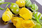 Sarı Paskalya yumurtaları ve laleler — Stok fotoğraf