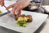 Chef plating up food in a restaurant — Foto de Stock