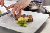 Cocinero de comida en un restaurante de la galjanoplastia — Foto de Stock