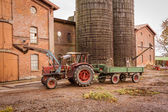 Tractor and trailer in a farmyard — Стоковое фото