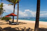 пляжные зонтики на пляже в бали — Стоковое фото