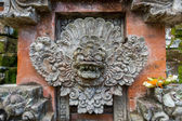 Ornate column in formal Balinese garden — Stock Photo
