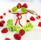 Raspberries and yoghurt — Stock Photo