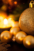 Oro y cálida luz de las velas de color rojo de fondo de navidad — Foto de Stock