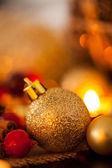 теплый золотой и красный фон рождество при свечах — Стоковое фото