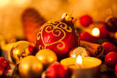 Warm gold and red Christmas candlelight background — ストック写真