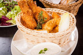 Crisp crunchy golden chicken legs and wings — Stockfoto