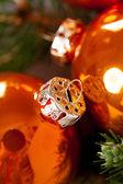 Brilhante brilhante cobre natal bolas coloridas — Foto Stock