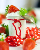 Fresh strawberries with healthy yogurt — Stock Photo