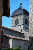 Středověký kostel je orámován starých budov — Stock fotografie