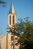 église catholique à la lumière de l'aube — Photo