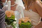用两个白色婚礼蜡烛的伴娘 — 图库照片