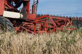 Kırmızı hasat combineon alanı — Stok fotoğraf