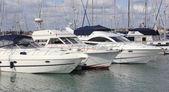 Lyxiga båtar förtöjda vid en marina — Stockfoto