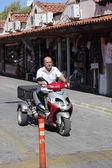 Trasporto moderno su una vecchia strada turca — Foto Stock