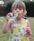 Blowing bubbles — Foto de Stock