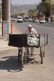 An old turkish man pushing his three wheeled cart — Photo