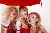 Tres niñas bajo paraguas. — Foto de Stock