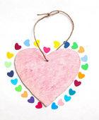 Pestrobarevné papírové krbů s dřevěnou růžové srdce — Stock fotografie