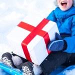 Noel hediyesi olan çocuk — Stok fotoğraf