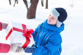 Woman gives a Christmas present boy — Stockfoto