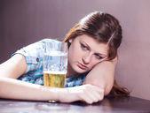 Frau mit bier — Stockfoto