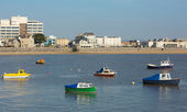 Boats Weston-super-Mare bay Somerset England and sea front view towards the beach — Stock Photo