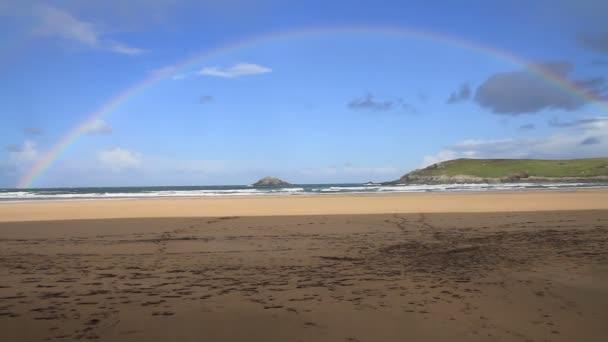 Arco iris en la playa cornwall Inglaterra uk — Vídeo de stock