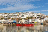Brixham porto devon e barcos ancorados em um verão ainda calmo dia de verão com céu azul, cena tradicional português costa. — Foto Stock