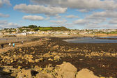 View from St Michaels Mount to Marazion Cornwall with people crossing the causeway at low tide — Stock Photo