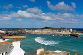Vista de st ives cornwall Inglaterra con puerto, barcos y el azul del mar y el cielo, un pueblo de pescadores de Cornualles tradicionales en el Reino Unido — Foto de Stock