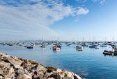 Mavi gökyüzü ile sakin yaz gününde devon İngiltere İngiltere tekneler yat kulübü brixham tarafından liman — Stok fotoğraf