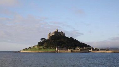 St Michaels Mount medieval castle and church on an island in Mounts Bay — Stock Video