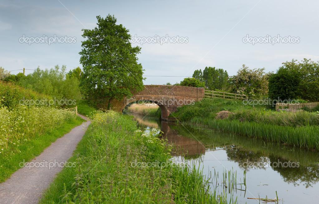 Scena di campagna inglese con ponte sopra un fiume foto for Piani di campagna inglese