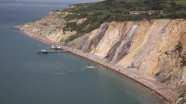 Alum Bay Isle of Wight beautiful beach and rocks and bay next to the Needles tourist attraction — Stock Video