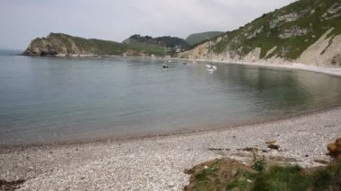 Lulworth cove dorset engeland uk met boten in haven — Stockvideo