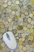 Monedas y ratón de la computadora — Foto de Stock