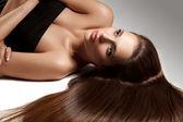 Vacker kvinna med friskt långt hår — Stockfoto