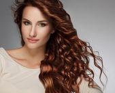 Mulher com cabelo encaracolado bonito — Foto Stock