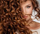 Mulher com cabelo de beautifull — Foto Stock