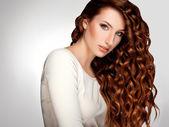 Pelo rojo. mujer con cabello rizado hermoso — Foto de Stock