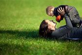 μια ευτυχισμένη οικογένεια. νεαρή μητέρα με μωρό — Φωτογραφία Αρχείου