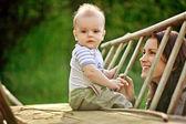 Bebê e a jovem mãe feliz family.a — Foto Stock