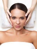 Kobieta kurort. close-up młodej kobiety coraz leczenia uzdrowiskowego. twarz — Zdjęcie stockowe